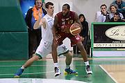 DESCRIZIONE : Siena Lega A 2013-14 Montepaschi Siena Umana Venezia<br /> GIOCATORE : EASLEY Tony<br /> CATEGORIA : controcampo palleggio<br /> SQUADRA : Umana Venezia<br /> EVENTO : Campionato Lega A 2013-2014<br /> GARA : Montepaschi Siena Umana Venezia<br /> DATA : 11/11/2013<br /> SPORT : Pallacanestro <br /> AUTORE : Agenzia Ciamillo-Castoria/GiulioCiamillo<br /> Galleria : Lega Basket A 2013-2014  <br /> Fotonotizia : Siena Lega A 2013-14 Montepaschi Siena Umana Venezia<br /> Predefinita :