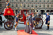 Queen Maxima and Willem-Alexander King arrive with the Glazenkoets at the Knights on Budget Day prior to the throne speech. Every third Tuesday of September is Budget Day, the festive opening of the new parliamentary year of the States General (the Senate and House). His Majesty the King on Budget Day rides in the Golden Carriage to the Binnenhof in The Hague speaks during the joint session of the States General in the Knights from the throne speech. <br /> Prins Constantijn en Prinses Laurentien