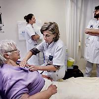 Nederland, Amsterdam , 29 oktober 2014.<br /> Bloeddoorstromingstest bij een patient op de eerste hulp afdeling van het OLVG ziekenhuis door 5 seconden te drukken op de huid bij het borstbeen. <br /> Foto:Jean-Pierre Jans