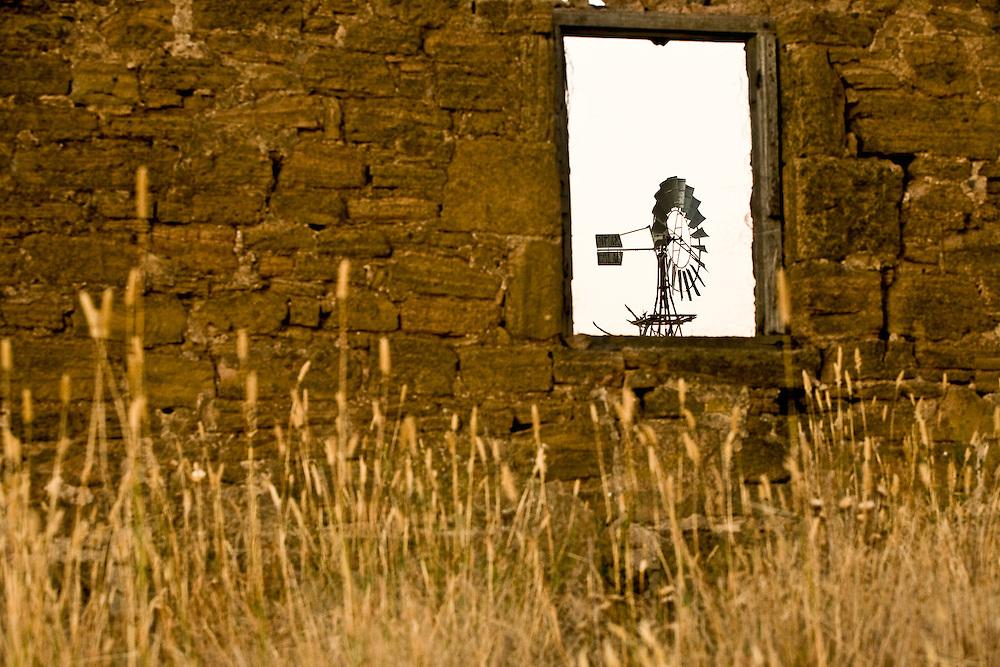 NEAR BEAUFORT, VICTORIA, AUSTRALIA, 7TH JANUARY 2007: A Windmill framed by long grass and an abandoned farm building at dusk alongside the Western Highway between Ballarat and Beaufort..Photo: Joseph Feil