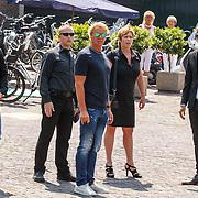 NLD/Volendam/20150703 - Uitvaart Jaap Buijs, aankomst Gerard Joling en Tim Douwsma