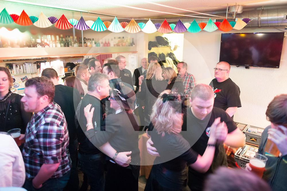 SCHWEIZ - MEISTERSCHWANDEN - Meitlitage 2018, hier wird in der Café-Bar Speuzli getanzt - 11. Januar 2018 © Raphael Hünerfauth - http://huenerfauth.ch