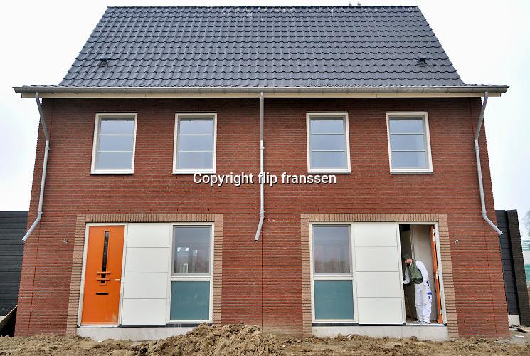Nederland, Nijmegen, 8-1-2019Bouwvakkers werken aan een nieuwbouwproject. Schilder,huisschilder, afwerken,afwerking. Foto: Flip Franssen