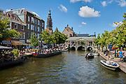 Uitzicht op de Koornbrug en de in renovatie zijnde toren van het stadhuis van Leiden | View of the Koornbrug and the tower of Leiden's town hall, which is under renovation