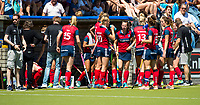 NIJMEGEN -   Drinkpauze Huizen  tijdens  de tweede play-off wedstrijd dames, Nijmegen-Huizen (1-4), voor promotie naar de hoofdklasse.. Huizen promoveert naar de hoofdklasse.  COPYRIGHT KOEN SUYK