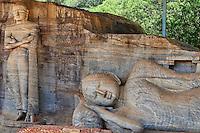 Sri Lanka, province du Centre-Nord, cité historique de Polonnaruwa, classée au Patrimoine Mondial de l'UNESCO, Gal Vihariya, Gal Vihara, ensemble des quatres statues de Bouddha taillées dans la roche, statues du Bouddha couché et du Bouddha debout // Sri Lanka, Ceylon, North Central Province, ancient city of Polonnaruwa, UNESCO World Heritage Site, Gal Vihara, reclining Buddha and standing Buddha