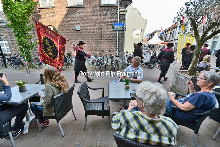 Nederland, Boxmeer, 25-5-2019Leden van de schutterij houden een optocht, omloop door het centrum van dit dorp aan de Maas voorafgaand aan de bloedprocessie de volgende dag. . Zij manifesteren zich tijdens historische evenementen, zoals de vestingdagen, Koninginnedag en bij het jaarlijkse koningschieten.Foto: Flip Franssen