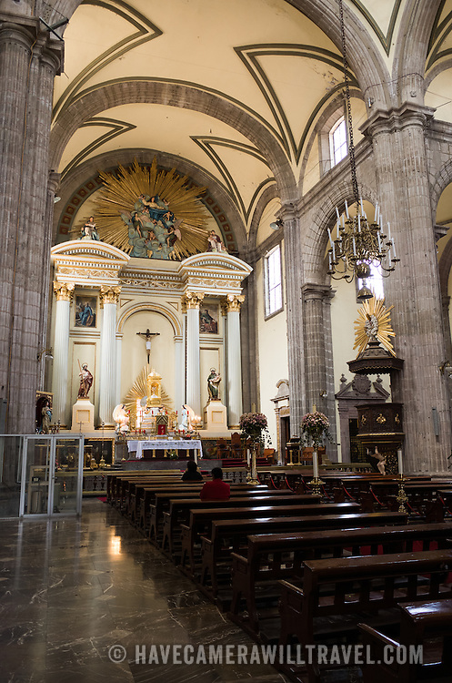 The nave and main altar of the Metropolitan Tabernacle. Adjacent to the Metropolitan Catheral, facing the Zocalo, the Metropolitan Tabernacle (Spanish: Sagrario Metropolitana) was built by Lorenzo Rodríguez in the Baroque style between 1749 and 1760. It was designed to to house the archives and vestments of the archbishop. It also functioned and continues to function as a place to receive Eucharist and register parishioners.