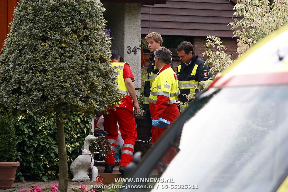 NLD/Huizen/20070807 - Ernstig ongeval in woning Groen van Prinstererlaan Huizen, slachtoffer word naar buiten gedragen