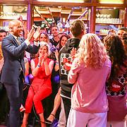 NLD/Amsterdam/20180608 - Laatste uitzending van Late Night met Humberto Tan , Humberto Tan bedankt Timor Steffens en zijn dansers