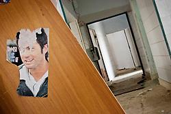 """Un poster di """"Tommy Vee"""", protagonista della quarta edizione del """"Grande Fratello"""" nel 2004, attaccato sui resti di un mobile in uno dei locali al primo piano dell'ex centro di permanenza temporanea """"Casa Regina Pacis"""" a San foca (LE) ormai in disuso. 21/02/2010 (PH Gabriele Spedicato)..I Centri di permanenza temporanea (CPT), ora denominati Centri di identificazione ed espulsione (CIE), sono strutture istituite in ottemperanza a quanto disposto all'articolo 12 della legge Turco-Napolitano (L. 40/1998) per ospitare gli stranieri """"sottoposti a provvedimenti di espulsione e o di respingimento con accompagnamento coattivo alla frontiera"""" nel caso in cui il provvedimento non sia immediatamenti eseguibile."""