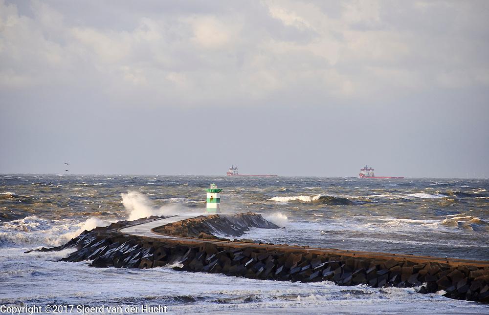 Havenhoofd tijdens storm, Scheveningen, Den Haag. - Jetty during stormy weather, Scheveningen, The Hague, Netherlands