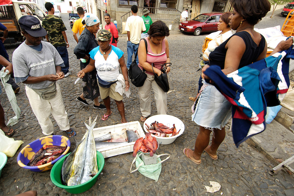 09 JAN 2006, SAO FELIPE/FOGO/CAPE VERDE:<br /> Fischverkaeuferinnen verkaufen frischen Fisch auf der Strasse, Sao Felipe, Insel Fogo, Kapverdischen Inseln<br /> Woman are selling fresh fish in the streets of Sao Felipe,  island Fogo, Cape verde islands<br /> IMAGE: 20060109-01-003<br /> KEYWORDS: Travel, Reise, Natur, nature, Meer, sea, seaside, Küste, Kueste, coast, cabo verde, Dritte Welt, Third World, Kapverden, Markt, market, Einzehandel, Verkauf