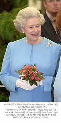 HM THE QUEEN at the Chelsea Flower Show, London on 21st May 2001.			OOI 197