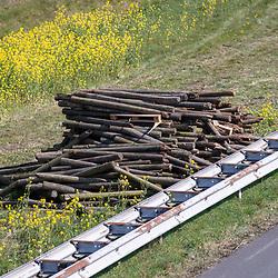 08-04-2020: Nieuws: Stockfotos: Nederland <br />wegwerkzaamheden, stapel hout