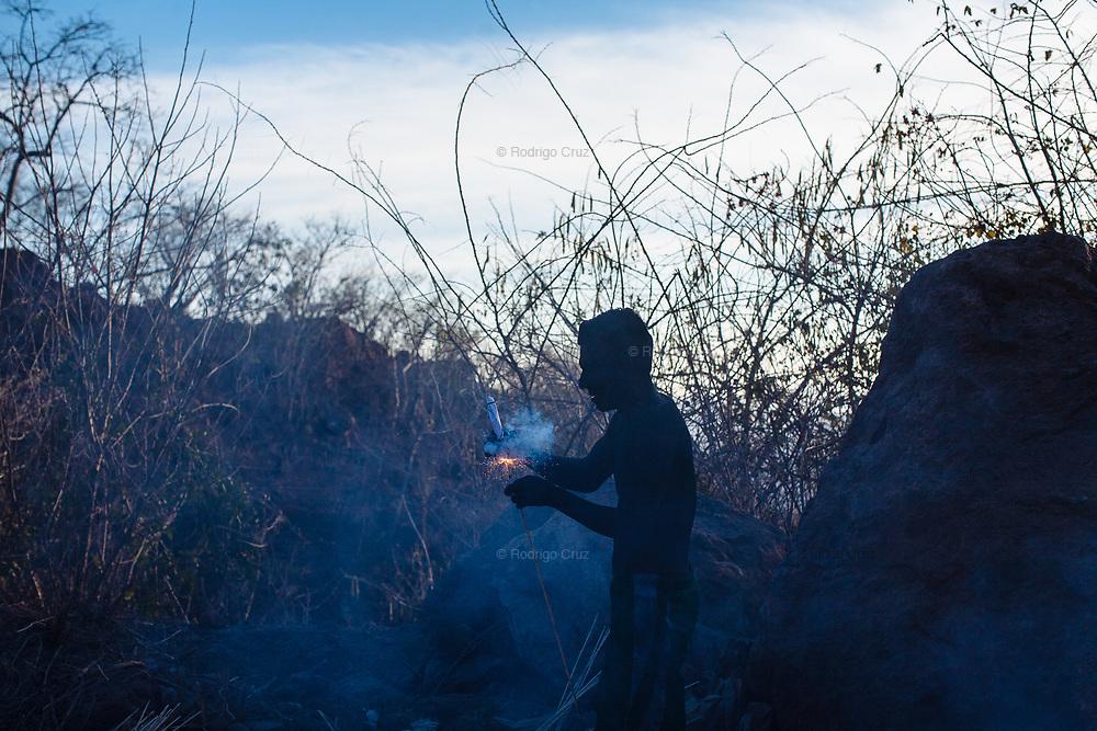 Un judío prende cohetes para celebrar la bienvenida de los visitantes a la comunidad de Huaynamota durante la Semana Santa.