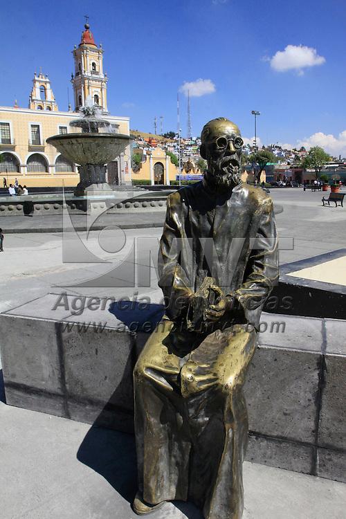Toluca, Mexico.- La estatua de Ángel María Garibay regreso a la plaza que lleva su nombre en el centro de Toluca, teniendo como fondo el edificio del Cosmovitral, algunos paseantes ya observan con detenimiento la figura. Agencia MVT / Crisanta Espinosa