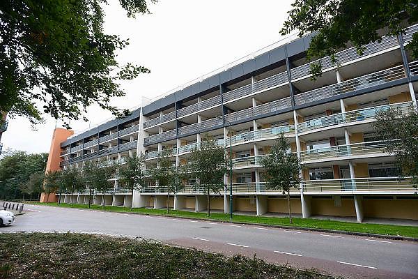 Nederland, Cuijk, 9-10-2013De flat waar de zedendelinquent Frank R., die 300 meisjes via internet en sommigen fysiek seksueel misbruikte, een appartement bewoonde. Er is veel mediaaandacht, ook uit belgie, vlaanderen.Foto: Flip Franssen/Hollandse Hoogte