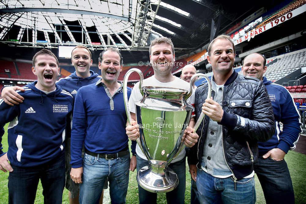 """Nederland, Amsterdam , 17 mei 2011.21 Europese topclubs waaronder Ajax, Feyenoord en PSV doen meeaan de missie van  EuroChampsChallenge. Het doel van EuroChampsChallenge bestaat uit twee delen, het eerste is een om binnen twee wekentijd elk stadion te bezoeken van alle 21 winnende teams die ooit de Europa Cup hebben gewonnen. Het tweede doel is om een speler van het winnende team te fotograferen. De reis begint op 15 mei in Glasgow Schotland en eindigt op 28 mei 2011in Wembley Engeland, de dag van het Europees Kampioenschap 2011..De EuroChampsChallenge initiatief is gestart om aandacht te vragen voor Changing Faces en Sick Kids Hospital in Edinburgh.  Twee goede doelen die zich inzetten voor zieke kinderen in Schotland. .Robin Blacklock is de initiatiefnemer van de EuroChampsChallenge, Blacklock: """"Het initiatiefgroeit enorm in populariteit in Groot Brittannië, het is de droom van elke voetballiefhebber om gedurende 2 weken het stadion van alle Europa Cup winnende teams af te bezoeken om vervolgens voetballegendes te mogen fotograferen."""".EuroChampsChallenge heeft inmiddels veel medewerking gekregen van grote sponsoren. Zo hebben zij gedurende de tour een auto ter beschikking gekregen, hotel overnachtingen en veel sponsormateriaal. Blacklock: """"met dit alles hopen we£ 100 000 te kunnen inzamelen voor het einde van 2011. We hebben inmiddels al £35 000 ingezameld en we moeten nog beginnen."""" .Om hem bij te staan in zijn missie heeft  Blacklock  hulp gevraagd van 6 vrienden waarvan een Dougall MacArthur de als expat gevestigd  Schot in Amsterdam. MacArthur heeft de betrokkenheid kunnen bewerkstelligen van in Nederland gevestigde bedrijven en o.a. de drie Nederlandsetop clubs. Inmiddels hebben de leden van de EuroChampsChallenge ook contact met  de Nederlander Thomas Rensen(31 wedstrijden in 31 dagen)..Op de foto in het midden Robin Blacklock metenkele vrienden en rechts Frank de boer en links Danny Blind.Foto:Jean-Pierre Jans"""