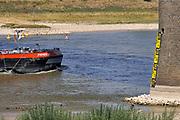 Nederland, Nijmegen, 23-7-2018 Warme zomerse dag op het Waalstrand van Nijmegen in de Ooijpolder. Het waterpeil is erg laag vanwege de aanhoudende extreme droogte, uitblijven van regen, waardoor de binnenschepen minder vracht kunnen vervoeren . Hierdoor is het drukker op de rivier. Het zwemmen in de rivier de waal, rijn, is gevaarlijk vanwege de veraderlijke stroming en de drukke scheepvaart.  Foto: Flip Franssen