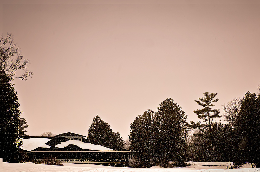 An image of a snowstorm in winter snowing on the clubhouse at the golfcourse in Rockport, Maine