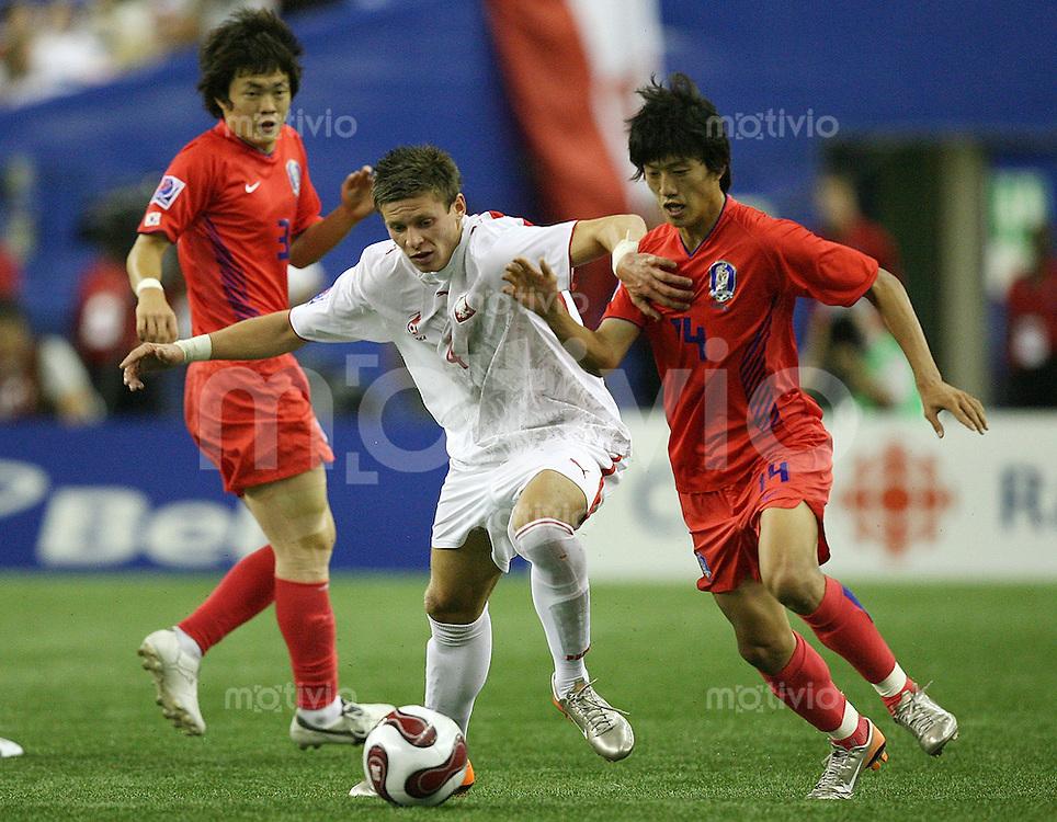Fussball International U 20 WM  Polen - Korea Tae Goon Ha (KOR,re) gegen Krzysztof Krol(POL)