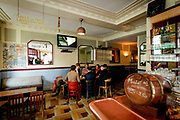 Staatsbezoek aan Frankrijk dag 2 - cafe Le Carillon<br /> <br /> State Visit to France Day 2 - cafe Le Carillon<br /> <br /> Op de foto / On the photo:  Koning Willem-Alexander en koningin Máxima hebben in Parijs een bezoek gebracht aan café Le Carillon. Het café was doelwit van een van de aanslagen van 13 november vorig jaar.<br /> <br /> King Willem-Alexander and Queen Máxima have visited Paris bar Le Carillon. The cafe was the target of one of the attacks on November 13 last year.