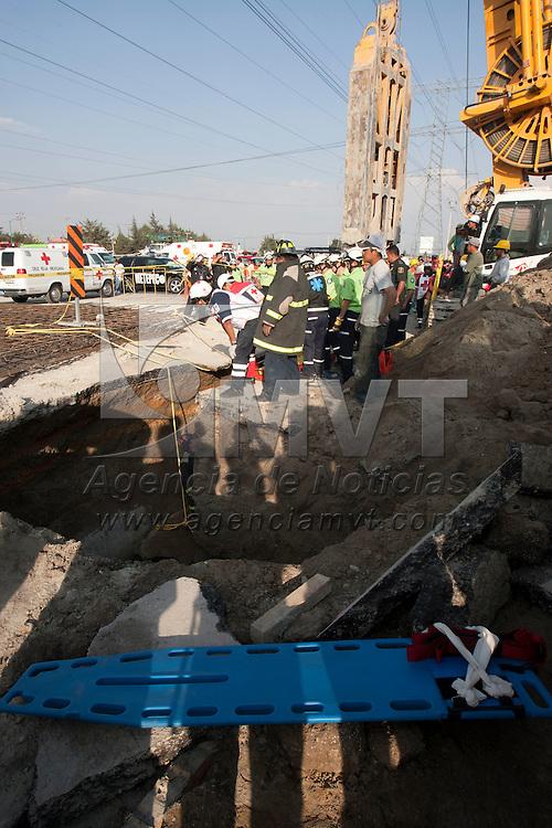 METEPEC, Mexico.- Rescatistas de la Cruz Roja, SUEM y Bomberos trabajan para recuperar los cuerpos de dos obreros que murieron sepultados al derrumbarse una de las paredes del puente deprimido que se construye en el cruce de Avenida Las Torres y Comonfort. Agencia MVT / Mario Vazquez de la Torre. (DIGITAL)