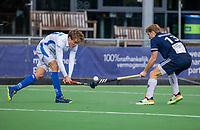 AMSTELVEEN - Dennis Warmerdam (Pinoke) met Derck de Vilder (Kampong)  tijdens   hoofdklasse hockeywedstrijd mannen, Pinoke-Kampong (2-5) . COPYRIGHT KOEN SUYK