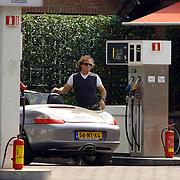 NLD/Blaricum/20060505 - Marco Borsato vult het benzinestation de olie bij van zijn Porsche cabriolet