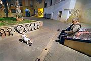 Spanje, Va,encia, 3-11 2019 Een oudere man laat zijn hond uit in het binnentuintje van zijn appartementengebouw in het oude centrum, stadscentrum, van de stad . Hij is niet meer goed ter been en laat de hond daarom steeds het balletje wat hij weggooit terugbrengen . Komende zondag zijn er algemene, landelijke verkiezingen voor het spaanse parlement . Foto: Flip Franssen