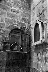 Taranto, edicola votiva in città vecchia con l'immagine del Cristo attaccata su di una piastrella da cucina.
