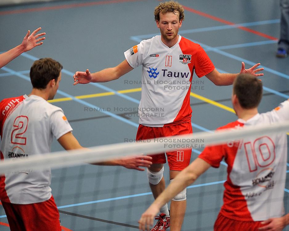 18-02-2012 VOLLEYBAL: TAUW GEMINI S - VOCASA: HILVERSUM<br /> B League heren, VoCASA wint vrij eenvoudig in Hilversum 22-25, 20-25, 22-25 / (L-R) Pepijn Lochtenberg, Elko Anema, Tim de Bree<br /> ©2012-FotoHoogendoorn.nl