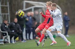 Carl Lange (FC Helsingør) presses af Nicklas Mouritsen (FC Roskilde) under træningskampen mellem FC Roskilde og FC Helsingør den 15. februar 2020 i Roskilde Idrætspark (Foto: Claus Birch).