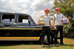 Os pilotos ingleses Lewis Hamilton (E) e Jenson Button posam ao lado de um típico táxi londrino durante Grande Prêmio de F1 do Brasil no Autódromo de Interlagos em 07 novembro de 2010, em São Paulo, Brasil. FOTO: Jefferson Bernardes/Preview.com