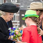 NLD/Tilburg/20170916 - Beatrix bij opening jubileum expositie 25 jaar museum De Pont, krijgt een bloemetje