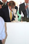 Zijne Majesteit Koning Willem-Alexander en Hare Majesteit Koningin Máxima bezoeken de provincie FlevolandKoning en Koningin maken een wandeling naar de lokale markt en krijgen een korte toelichting over diverse facetten van de aardappelteelt<br /> <br /> His Majesty King Willem-Alexander and Máxima Her Majesty Queen visits the province of Flevoland.King and Queen stroll to the local market and get a brief explanation on various aspects of potato