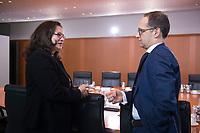 14 JAN 2014, BERLIN/GERMANY:<br /> Andrea Nahles (L), SPD, Bundesarbeitsministerin, und Heiko Maas (R), SPD, Bundesjustizminister, im Gespraech, vor Beginn der Kabinettsitzung, Bundeskanzleramt<br /> IMAGE: 20150114-01-005<br /> KEYWORDS: Sitzung, Kabinett, Gespräch