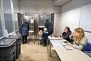 Nederland, Ubbergen, 20-3-2019Verkiezingen voor de provinciale staten, en indirect voor de eerste kamer. De bezetting van dit kleine stembureau, stemburo, bestaat uit verschillende vrijwilligers. Er wordt ook gestemd voor het waterschap. WaterschapsverkiezingenNetherlands, elections. Dit stembureau staat in een school . Stembureau, stemburo in een schoolgebouw. Netherlands, elections voting . Polling stationFoto: Flip Franssen