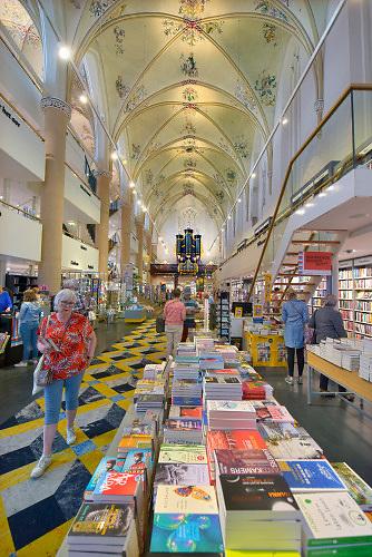 Nederland, Zwolle, 21-6-2019Boekhandel Waanders in de Broere zit in een voormalige kerk de verbouwd is tot boekhandel met lunchroom.Foto: Flip Franssen