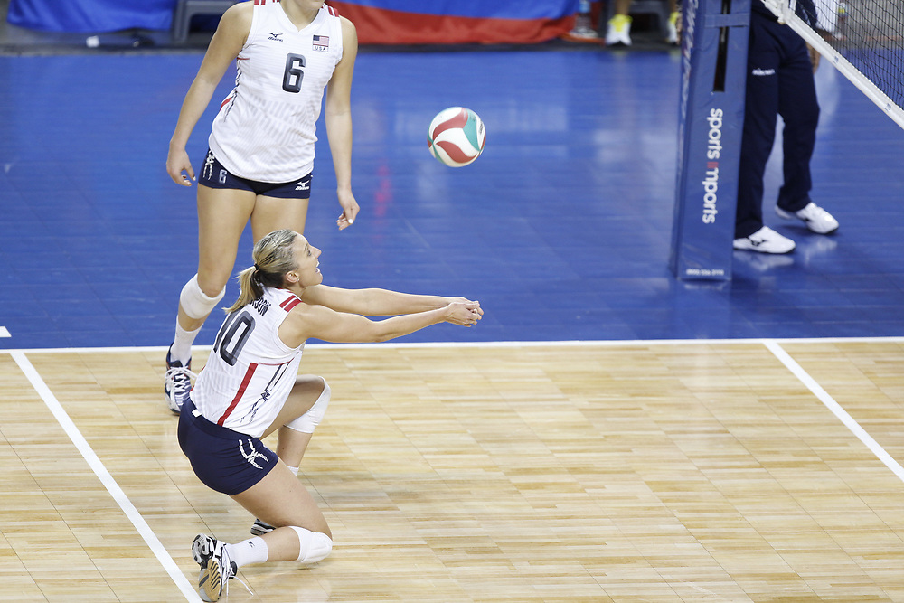 Jordan Larson #10 digs a ball during USA Volleyball's 3-0 win over Canada at Pinnacle Bank Arena in Lincoln, Neb., on Jan. 7, 2016. Photo by Aaron Babcock, Hail Varsity