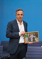 DEU, Deutschland, Germany, Berlin, 10.12.2020: Bundespressekonferenz zur Menschenrechtslage im Iran. Navid Kermani hält ein Bild in der Hand, das Nasrin Sotudeh zeigt, eine iranische Rechtsanwältin und Menschenrechtsaktivistin. Sotoudeh gehört zu den diesjährigen Preisträgern des Alternativen Nobelpreises. Nach einem kurzen Hafturlaub ist sie wieder in einem iranischen Gefängnis in Haft.