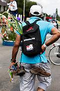 Een deelnemer aan de 40km van de Nijmeegse Vierdaagse loopt op de laatste dag over de Via Gladiola, zoals de Sint Annastraat is omgedoopt tijdens het wandelevenement.