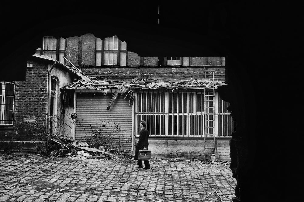 Paris, 1998.<br /> Expulsion, passage d'huissier.