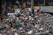 La bandiera messicana tra le macerie.