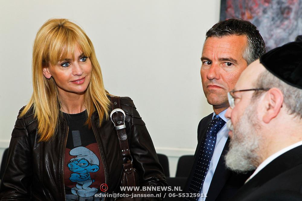 NLD/Den Haag/20100906 - Start Alfabetiseringsweek met installatie forum A tot Z, Daphne Deckers in gesprek met rabbijn raphael Evers en Huub van Doorne