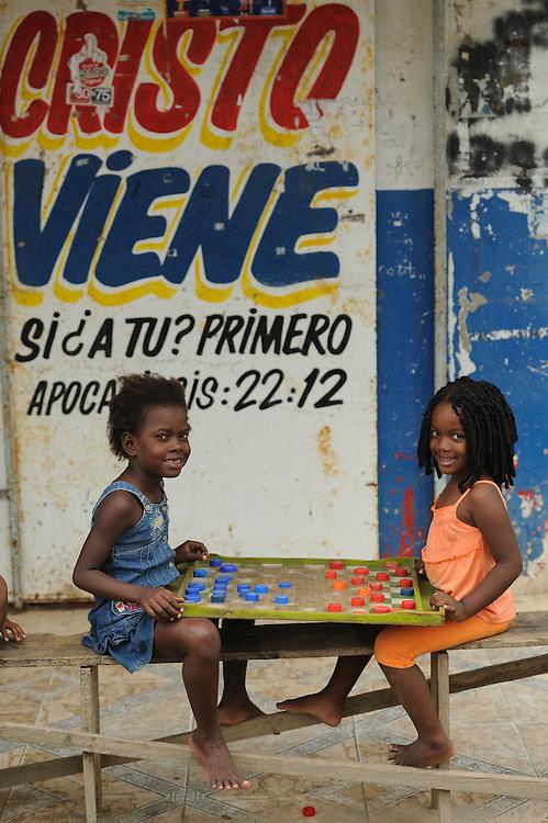 """Jugando damas / Viento Frío, Panamá.<br /> <br /> II PREMIO EN CONCURSO DE FOTOGRAFÍA <br /> """"POR SER NIÑA"""" (EFE y PLAN) 2012, PANAMÁ.<br /> <br /> II AWARD IN PHOTO CONTEST """"POR SER NIÑA"""" (EFE y PLAN) 2012, PANAMA."""