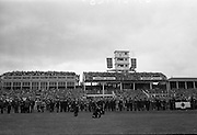 15/07/1967<br /> 07/15/1967<br /> 15 July 1967<br /> Hennessy Handicap at Leopardstown Races, Leopardstown Racecourse, Co. Dublin. A general view of the attendance at the Hennessy Handicap at Leopardstown. Note photographers at the ready in foreground!