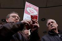 18 JAN 2002, BERLIN/GERMANY:<br /> Dietrich Neugebauer (L) und  Rainer M. Schubert (R), SPD Mitglieder aus Berlin zerschneiden aus Protest gegen die SPD/PDS Koalition im Berliner Abgeordnetenhaus ihre Parteibuecher vor dem Willy-Brandt-Haus<br /> IMAGE: 20020118-01-009<br /> KEYWORDS: Sozialdemokraten, Parteibuch, Parteimitglied, Parteimitglieder, Demonstration