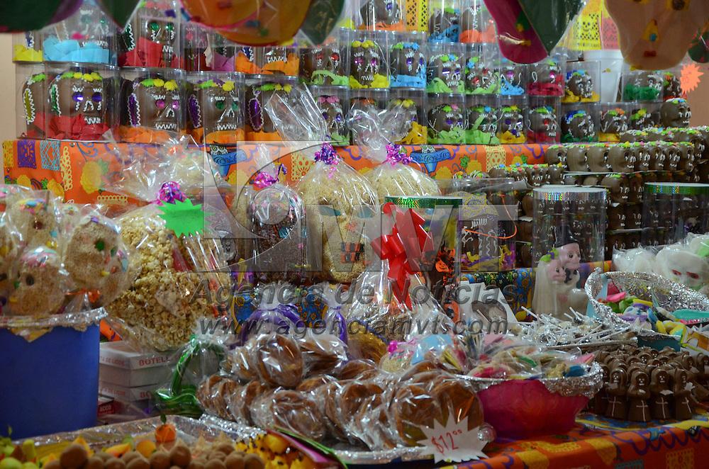 Toluca, Méx.- Aspectos de la Feria del Alfeñique en la ciudad de Toluca, que es visitada todos los días, disfrutando de las figuras de catrinas, y la venta de dulces y calaveritas en los Portales. Agencia MVT / José Hernández